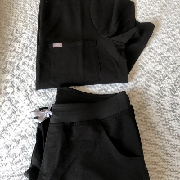 FIGS SCRUB SET - BLACK COLOR - NEW WITH TAGS